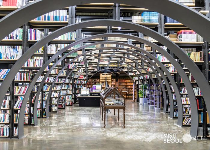 서울책보고의 내부사진입니다. 무수히 많은 책들이 진열되어 있습니다.