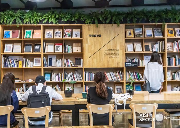 서울책보고 모습입니다. 사람들이 책상에 앉아서 책을 읽고 있습니다.