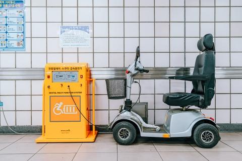 駅のホームにある電動車椅子の充電器と電動車椅子