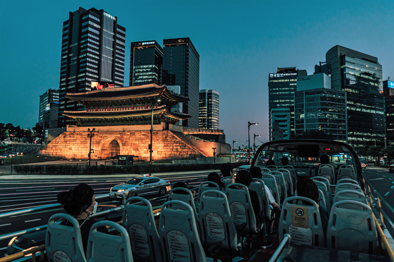 首爾市內的車道經過的首爾城市觀光巴士,崇禮門在首爾市內,首爾城市觀光巴士車上旅客的背影