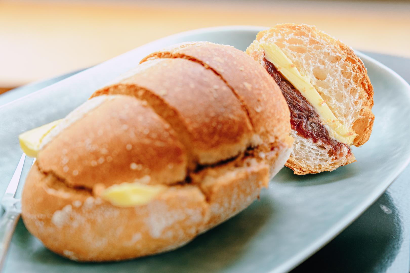 가지런히 잘라진 바게트 빵이 접시 위에 올려져있다.