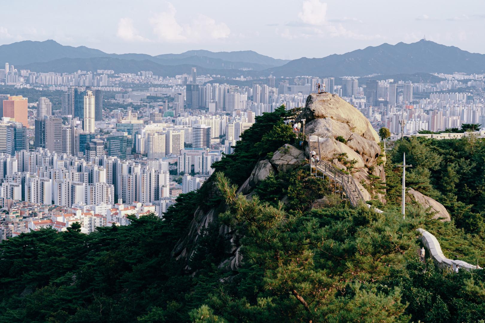 성곽길을 따라 커다란 돌이 보인다.