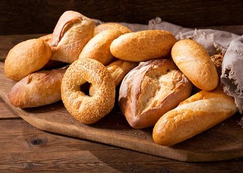 Несколько видов хлеба на деревянной дощечке