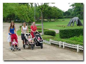 산책하는 아기와 엄마들
